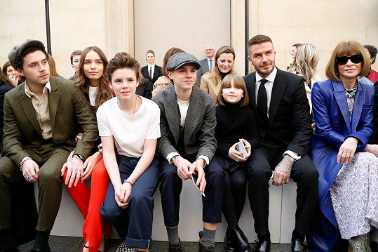 Zleva Brooklyn, Hana Cross, Cruz, Romeo, Harper a David Beckhamovi a Anna Wintour