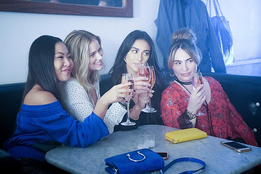 Mitchell (druhá zprava) s kolegyněmi ze seriálu You. Zleva Nicole Kang, Elizabeth Lail a Kathryn Gallagher.