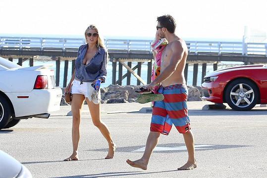 Scott Eastwood a Charlotte McKinney jsou nový hollywoodský pár.