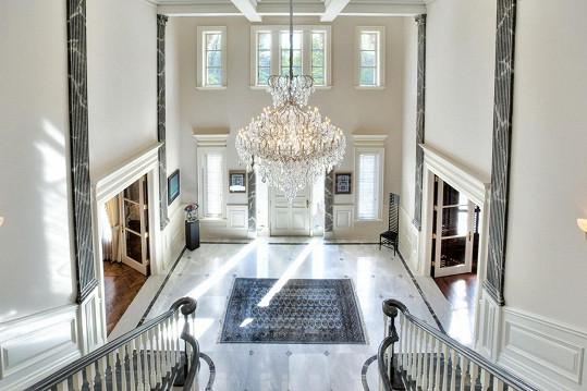 Úchvatný pohled na interiér u vstupních dveří do sídla, které se objevilo ve filmu Protivný sprostý holky.