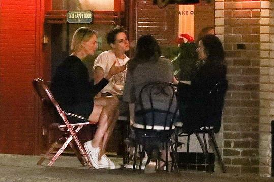 Charlize a Kristen (vlevo) si u večeře s kamarádkami notovaly.