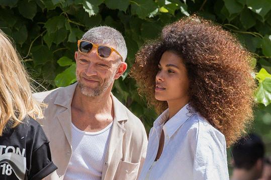 Vincent prožívá lásku s o 30 let mladší modelkou.