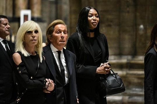 Donatella Versace, Valentino a Naomi Campbell v katedrále Narození Panny Marie, kde se poslední rozloučení odehrálo.
