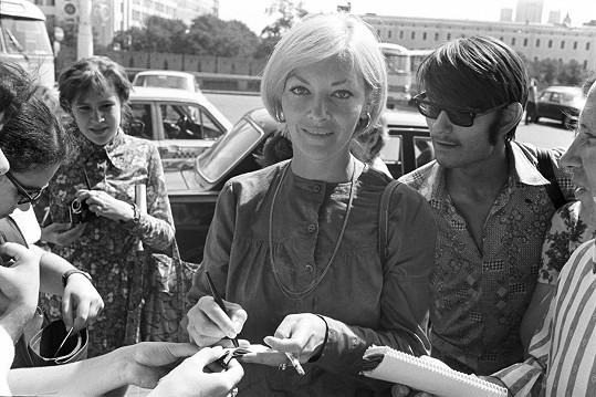Barbara Brylská v roce 1975 na filmovém festivalu v Moskvě. Známá je mimo jiné z filmu Skalpel, prosím, v němž si zahrála MUDr. Volejníkovou.