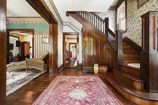 Podlahy i obložení jsou původní.