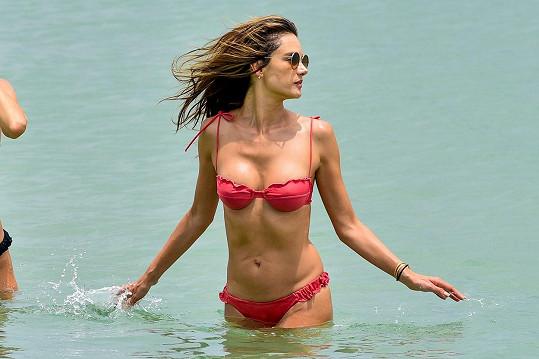 Alessandra vyrazila na pláž v Brazílii.