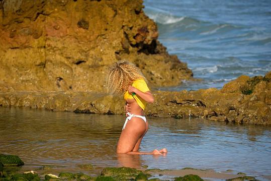 Erika Canela se předváděla na pláži.