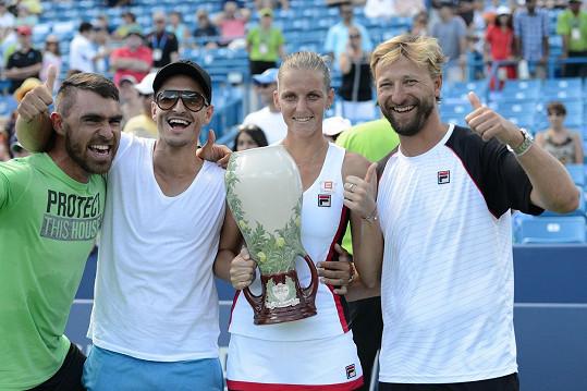 Karolína Plíšková slaví s Michalem Hrdličkou a svým trenérským týmem vítězství v turnaji v Cincinnati.