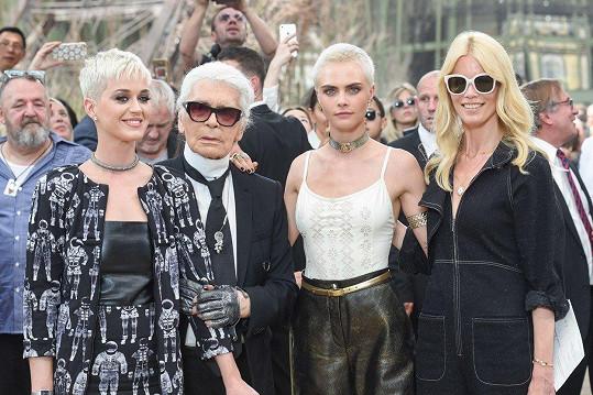 Karl Lagerfeld zemřel 19. února. Na snímku s Katy Perry, Carou Delevingne a Claudií Schiffer (zleva)