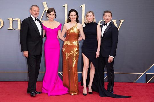 Dockery (uprostřed) se svou seriálovou a filmovou rodinou. Zleva Hugh Bonneville, Laura Carmichael a Allen Leech