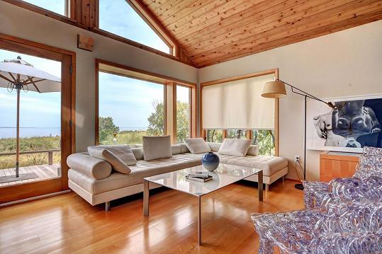 Interiér je světlý s dřevěnými prvky.