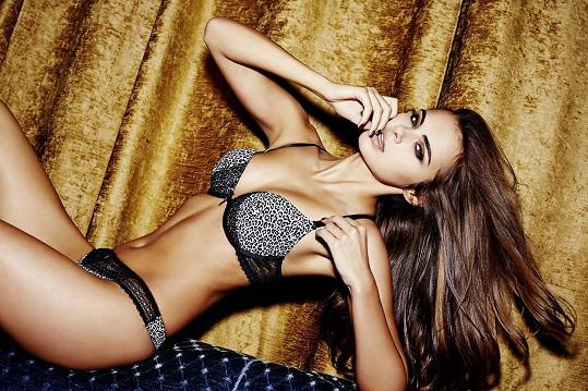 Xenia Deli předvádí především plavky a spodní prádlo.