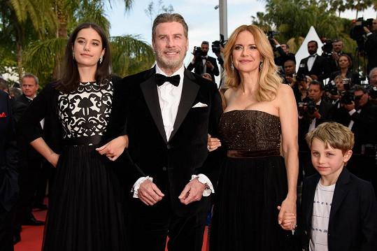 John Travolta s manželkou Kelly, dcerou Ellou a synem Benajminem na červeném koberci festivalu v Cannes (2018)