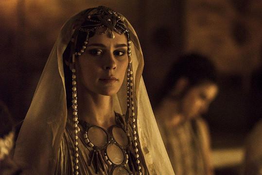 Bella Dayne jako Helena