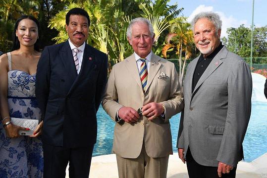 Na Barbadosu se setkal se zpěváky Lionelem Richiem (vlevo) a Tomem Jonesem (vpravo)