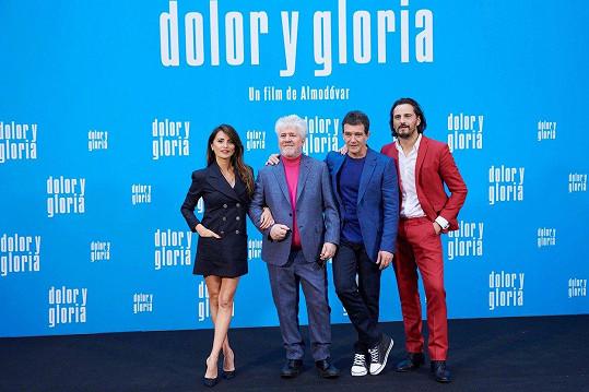 Na tiskové konferenci s režisérem Pedrem Almodóvare (druhý zleva) a hercem Asierem Etxeandíou