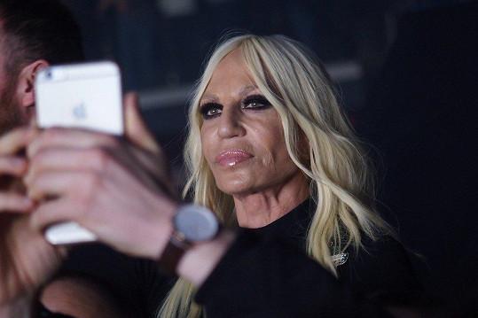 Na její milánskou show se zašla podívat i hlavní návrhářka proslulé módní značky, Donatella Versace.