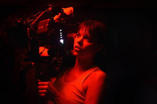 Eva je zároveň režisérkou a scenáristkou.