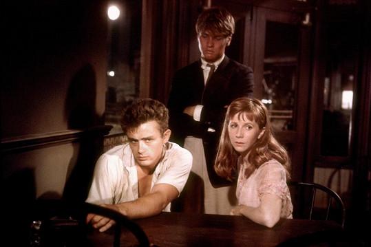 Davalos si ve filmu Na východ od ráje zahrál Deanova bratra.