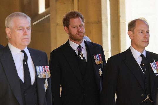 Smutný Harry nestál ve smutečním průvodu vedle svého bratra Williama.