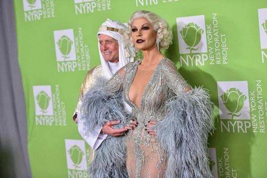 Na charitativní gala vyrazili v kostýmech ikon zlaté éry Hollywoodu.