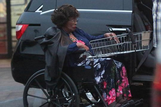 Jacksonova matka se pohybuje pomocí vozíku.