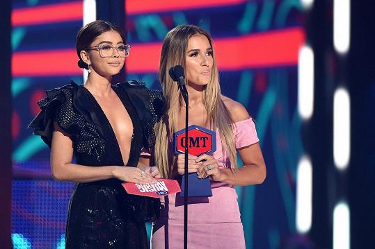 Na pódium vyšla v brýlích předávat cenu se zpěvačkou Jessie James Decker.