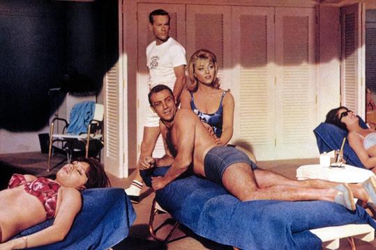 Ve filmu z roku 1964 si zahrála masérku Dink. A byla to také právě Nolan, jejíž tělo, potřené zlatou barvou, se objevilo v úvodní znělce filmu.