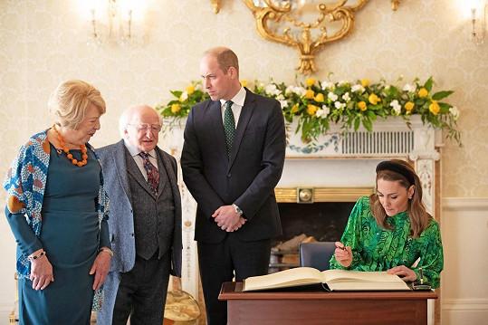 Barvě zůstala věrná i při formálních příležitostech. Kate a William na snímku s irským prezidentem Michaelem D. Higginsem a jeho chotí Sabinou.