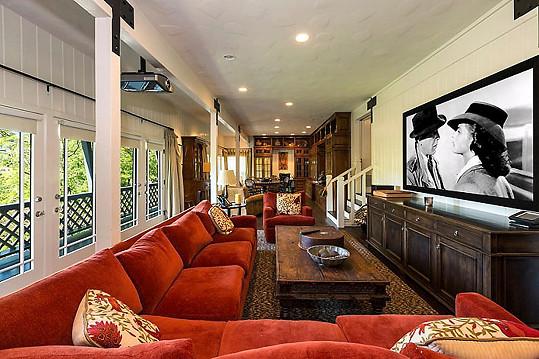 Dům je popisován jako rustikální rezidence ve stylu horské chaty.