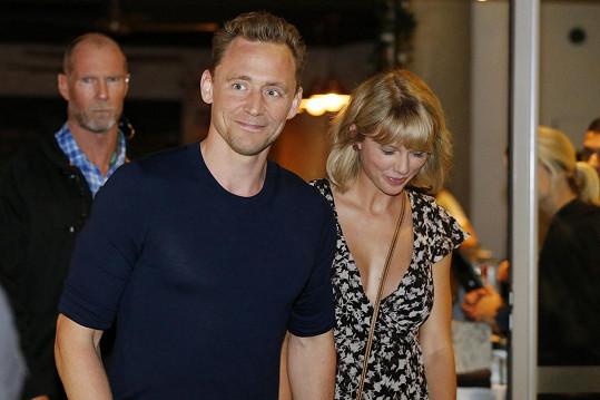 Oceňuje plnější hrudník i Tom Hiddleston?