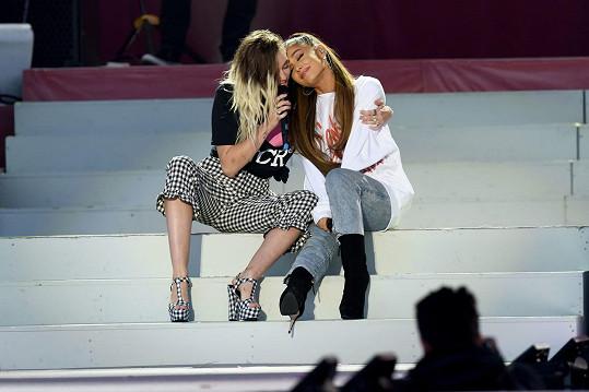 Krátce po ní uspořádala charitativní koncert, podpořila ji na něm i Miley Cyrus (na snímku).
