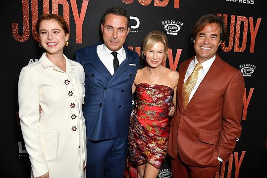 Herci z filmu Judy, zleva Jessie Buckley, Rufus Sewell, Renée Zellweger a režisér filmu Rupert Goold