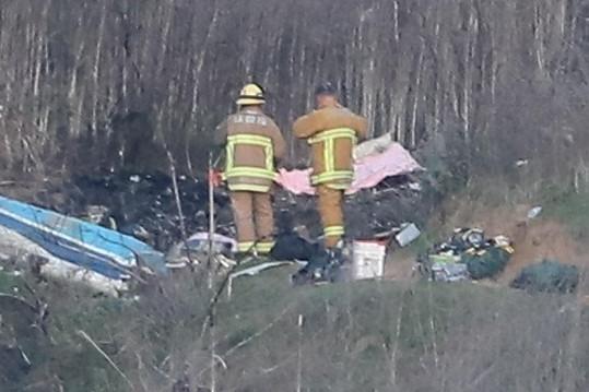 Bryant a dalších 8 lidí včetně jeho třináctileté dcery zahynulo při nedělní havárii vrtulníku v kopcích u LA.
