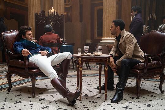 Děj druhé série se bude točit kolem Anthonyho Bridgertona (vlevo) v podání Jonathana Baileyho.