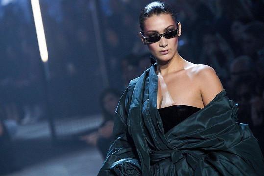 Způsobila ji gravitace, která modelce stáhla těžké kožené šaty.
