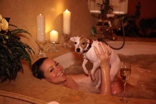V roce 2013 dělal zpěvačce ve vaně společnost pro změnu její pes.