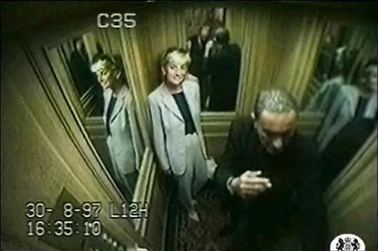 Princezna Diana ve výtahu pařížského hotelu Ritz