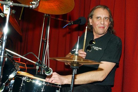Skvěle hrál na bicí, přezdívalo se mu zpívající bubeník.