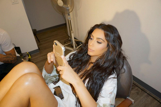 Larsina kámoška Kim Kardashian se po přepadení drží stranou.