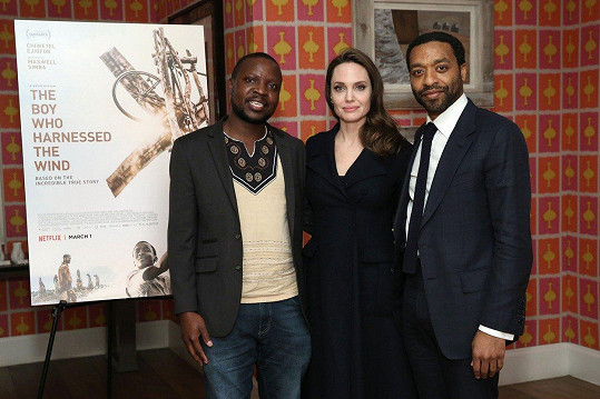 Angelina s autorem knižní předlohy Williamem Kamkwambou a režisérem Chiwetelem Ejioforem.