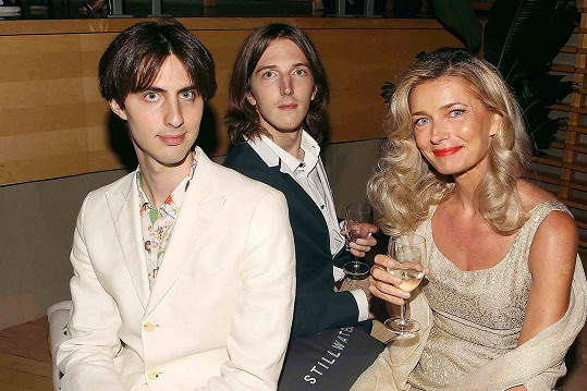 Se svými syny Oliverem a Jonathanem (v popředí), které má z manželství s Ricem Ocaskem (✝75).