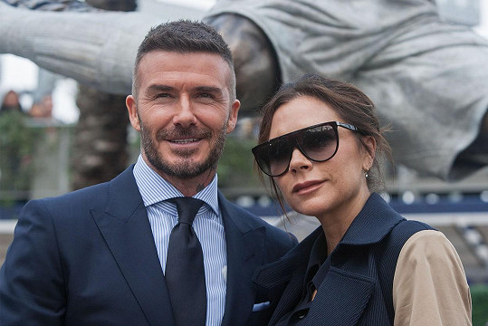 S Davidem Beckhamem vychovávají čtyři ratolesti.
