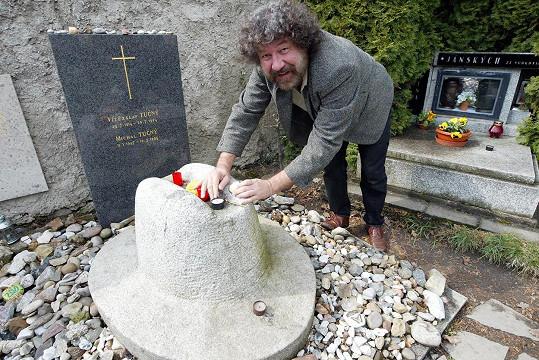 Zdeněk Troška u hrobu Michala Tučného v Hošticích