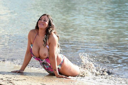 Lisa Appleton plavky vůbec nepotřebuje.