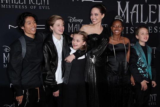 Sílu jí dodaly děti. Na snímku zleva: Pax, Shiloh, Vivienne, Zahara, Knox