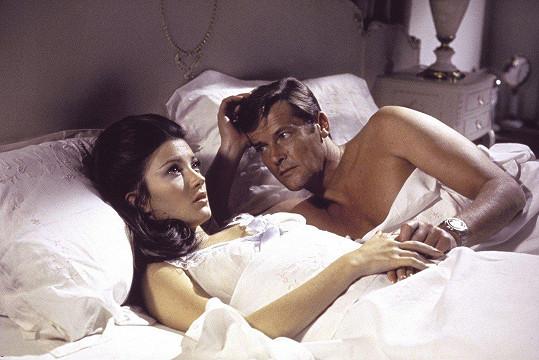 S Rogerem Moorem si v roce 1973 zahrála v bondovce Žít a nechat zemřít.