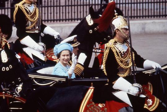 Královna Alžběta II. a vévoda z Edinburghu během velkého dne jejich syna