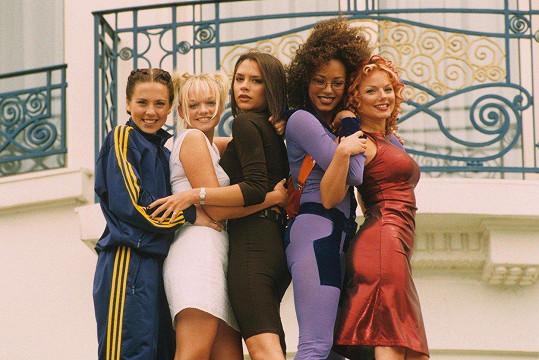 Geri Horner známá pod dívčím příjmením Halliwell (vpravo) se proslavila v dívčí kapele Spice Girls (1997)
