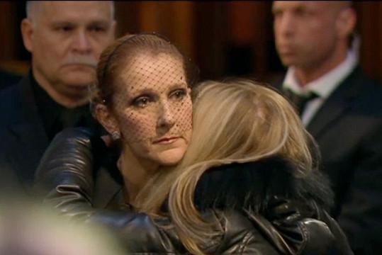 Dion přijímala kondolence od rodiny i fanoušků jejího manžela.